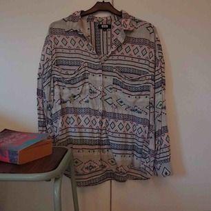 Härlig och mjuk skjorta från Bikbok i pastelligt mönster.   Frakt 55 kr