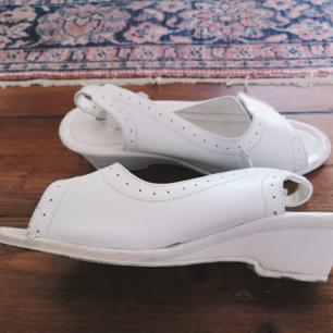 Retro sandaler. Lite slitna men mycket kvar att ge.