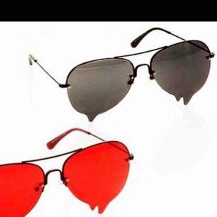 Ann sofie back solglasögon! De är de svarta, och är i nyskick, jag hade dem i en dag, sen tappade dem en skruv. Och jag blev ersatt med ett par nya ist så har inte rört dessa. Ny skruv finner du hos optiker