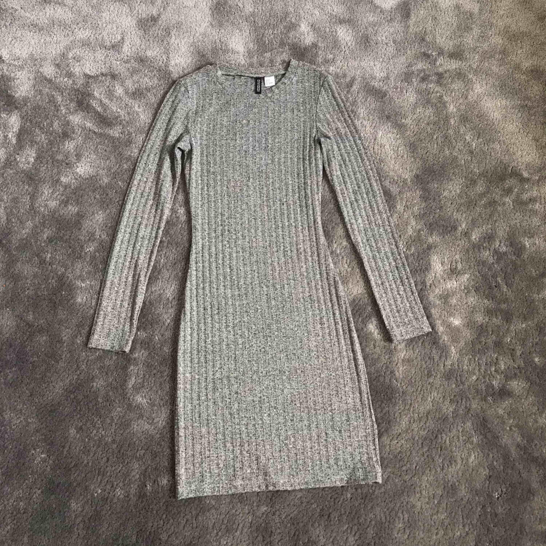 Grå klänning som sitter tajt. Använd ca 2 gånger. . Klänningar.