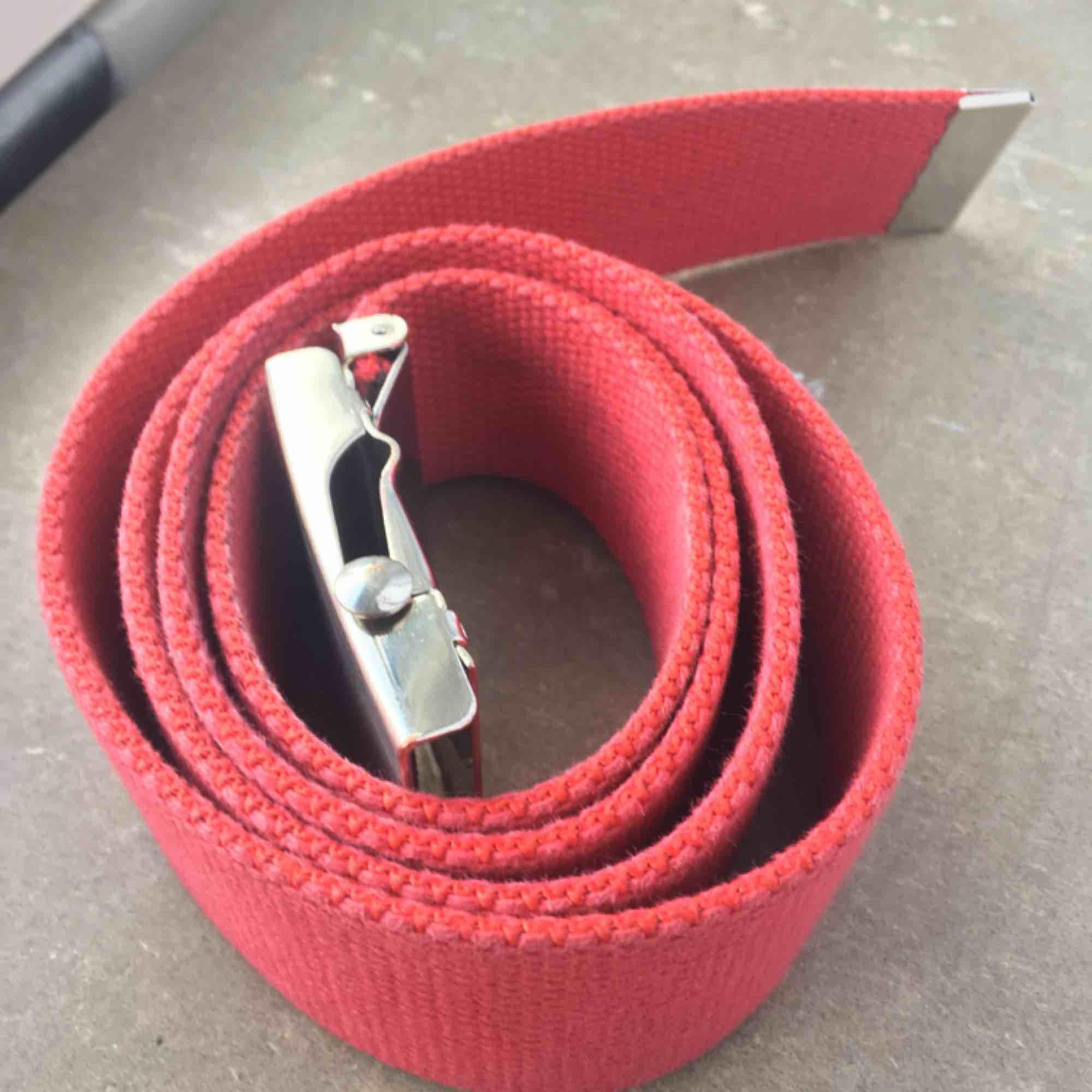 Skitsnyggt rött skärp med silverfärgat spänne, i bra skick.. Accessoarer.
