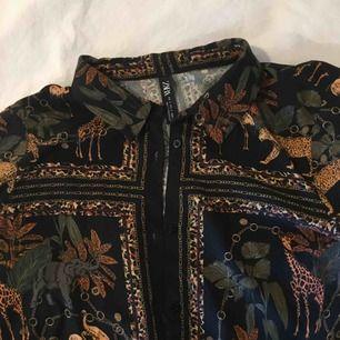 Suuuuperfin skjorta från zara med djur, kedjor och växter på. Storlek s men passar mer xs. Säljer pga för liten:((( köpt för ca 300 kr. Priset är inkl frakt!!