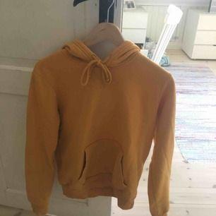 Skitmysig orange/gul hoodie från hm. Köpare står för frakt men kan även mötas upp i Uppsala. Färgen på hoodien är mest lik på första bilden och jag säljer den för att den helt enkelt inte kommer till användning. Pris kan eventuellt sänkas. Jättelen inuti