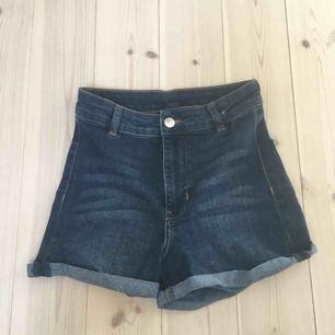 Skitsnygga, bekväma och stretchiga högmidjade jeans från hm. Köpare står för frakt kan även mötas upp i Uppsala. Liknar modellen mollyshorts från Gina tricot.