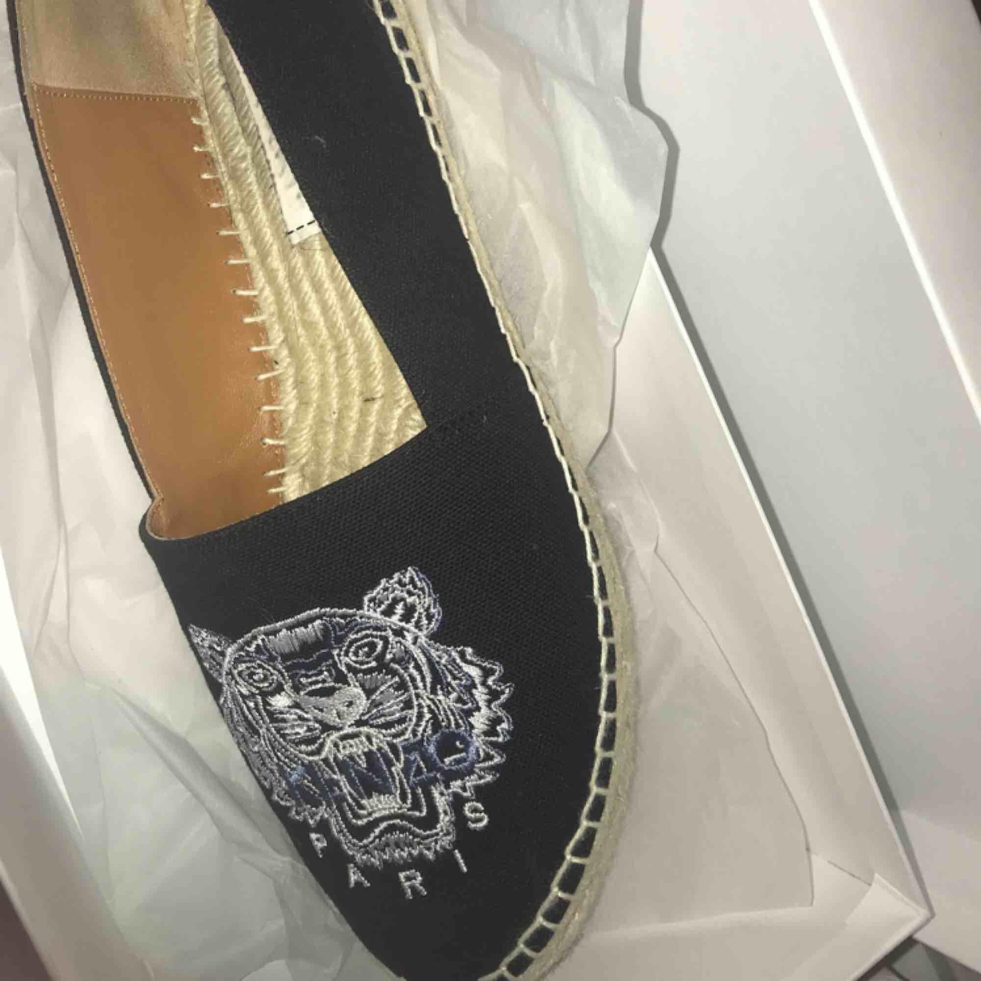 Super snygga kenzo ballerina skor till sommar/vår, helt nya! Använd 2 ggr, köpte dem för 1600kr.  Nu ångrar jag mig för jag ville ha en annan typ av modell. Men dem är jätte snygga verkligen! . Skor.