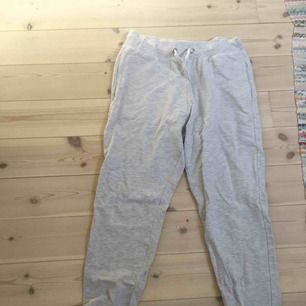 skitmysiga gråa mjukisbyxor från Kappahl passar även S. Går att vika upp och är superstretschiga. Kan mötas upp i Uppsala köpare står för frakt. Nyskick