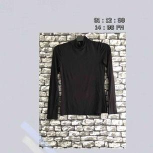 En vanlig tunn svart tröja med krage från Ginatricot. I helt nyskick använt ett par gånger. För fler bilder går det bra att fråga :) Frakt förekommer. Kan mötas upp i Göteborg.