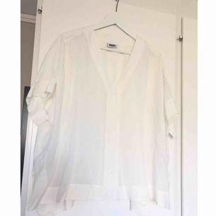 Superfin skjorta från Weekday. Knappt använd. Storlek: Small (oversize i modellen). 100% viscose.  Frakt tillkommer ✨ (bilderna verkar bli lite blurriga i appen. Skriv för fler bilder annars)