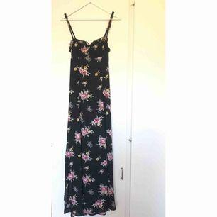 Så fin blommig långklänning från Bik bok. Knytdetalj i ryggen och lite slits längst ner. Stängs i ryggen med dragkedja. Aldrig använd. Storlek: medium. Frakt tillkommer ✨