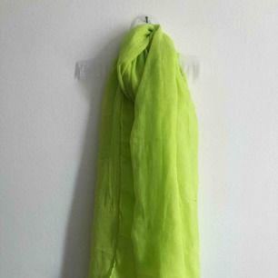 neongrön scarf/halsduk! köpt i en butik utomlands! mycket fin kvalité då den är handgjord! gratis frakt