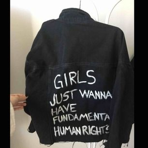"Snygg avklippt jeansjacka med text på ryggen ""Girls just wanna have fundamental human rights"", i bra skick!"