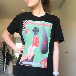 en snygg men välanvänd t-shirt köpt på nk förra året. trycket på bröstet är slitet, men den är fortfarande jättesnygg!! priset kan diskuteras 🖤