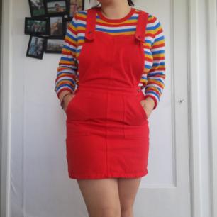 Röd Hängselkjol som är superfin för sommaren och våren. Skriv om du har mer frågor 🌺🌺