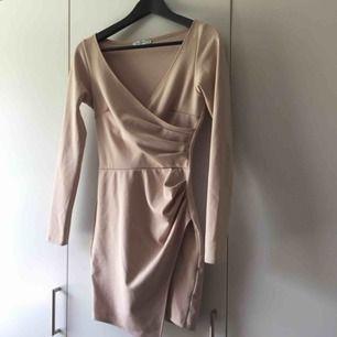 beige klänning från Nelly. fint skick. frakt 30kr.