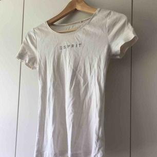vit t-shirt från esprit. frakt 20kr.