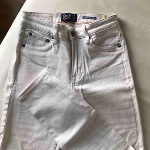 Knappt använda vita jeans från Crocker/JC i storlek W25 (egentligen i L32 men har sytt upp dem i JC-butiken så är snarare L28-30 ist nu). Mått - innerben: ca 64cm, hela byxans längd: ca 87cm, midja: ca 32cm 💫