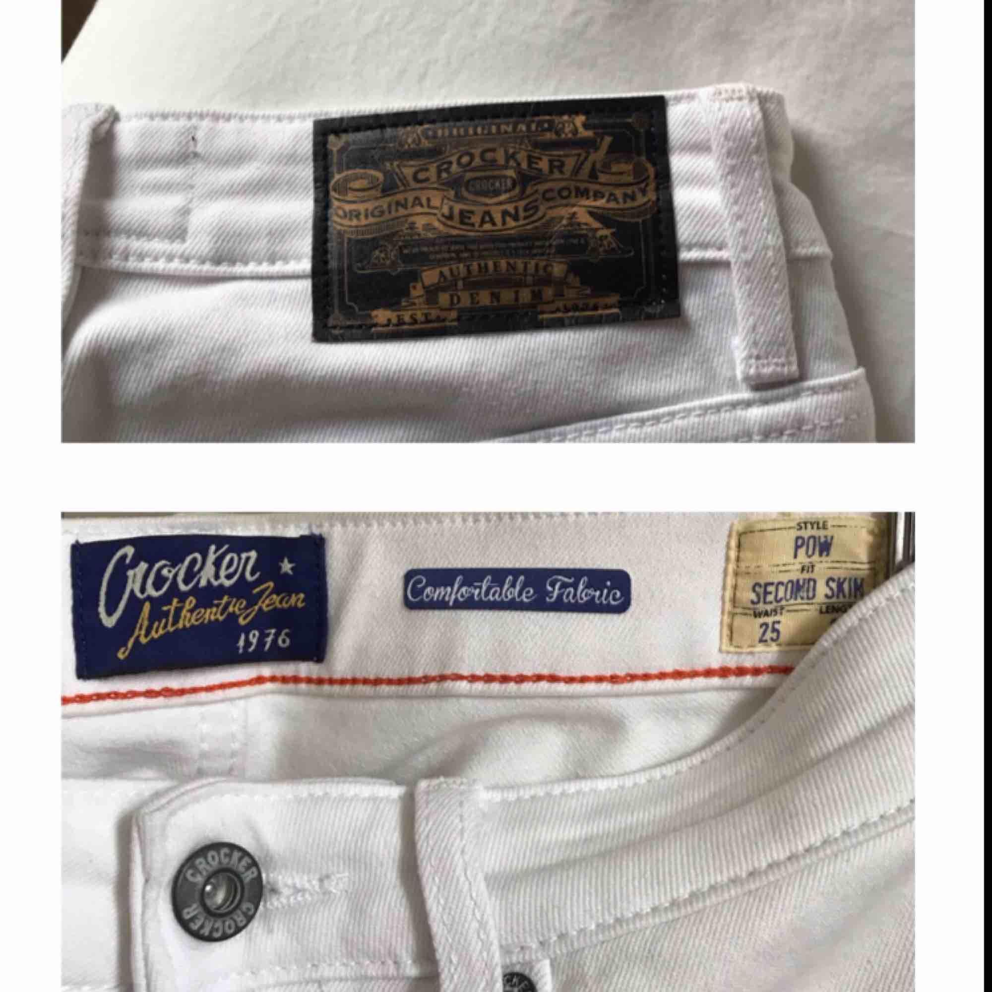 Knappt använda vita jeans från Crocker/JC i storlek W25 (egentligen i L32 men har sytt upp dem i JC-butiken så är snarare L28-30 ist nu). Mått - innerben: ca 64cm, hela byxans längd: ca 87cm, midja: ca 32cm 💫. Jeans & Byxor.