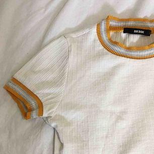 Ribbad tröja, sparsamt använd! Möter upp i Stockholm eller fraktar, frakt tillkommer 🌸