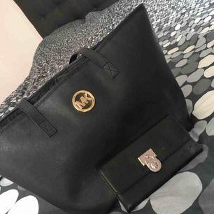 Äkta Michael kors väska + plånbok säljes för endast 800kr då axelremmarna börjar bli lite slitna på väskan.  Serienummer finns i både väskan och plånboken.
