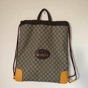Gucci draw string bag (ryggsäck) 38x45 cm, använd 2 ggr, skicket är 10/10. Kvitto finns, dustbag & guccipåse medföljer! Fler bilder kan skickas, 6000kr (spårbar frakt på 122kr ish tillkommer, beroende på om man vill ha med påsen eller inte)