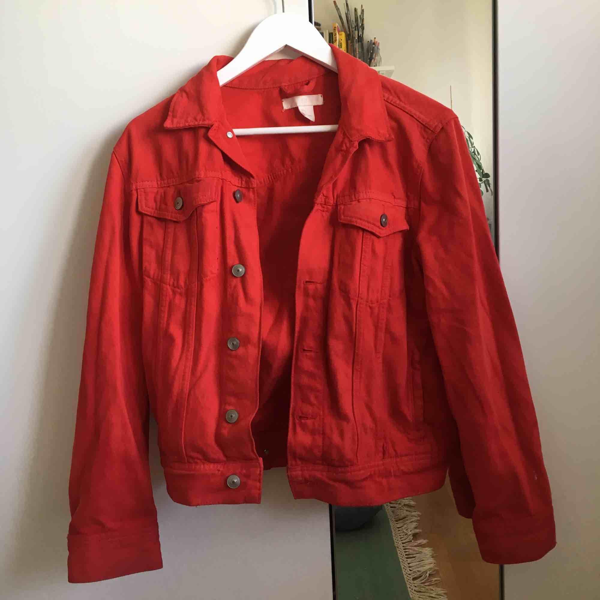 Jättefin röd jeansjacka från H&M! Köparen betalar frakt men jag kan även mötas upp på söder :) . Jackor.