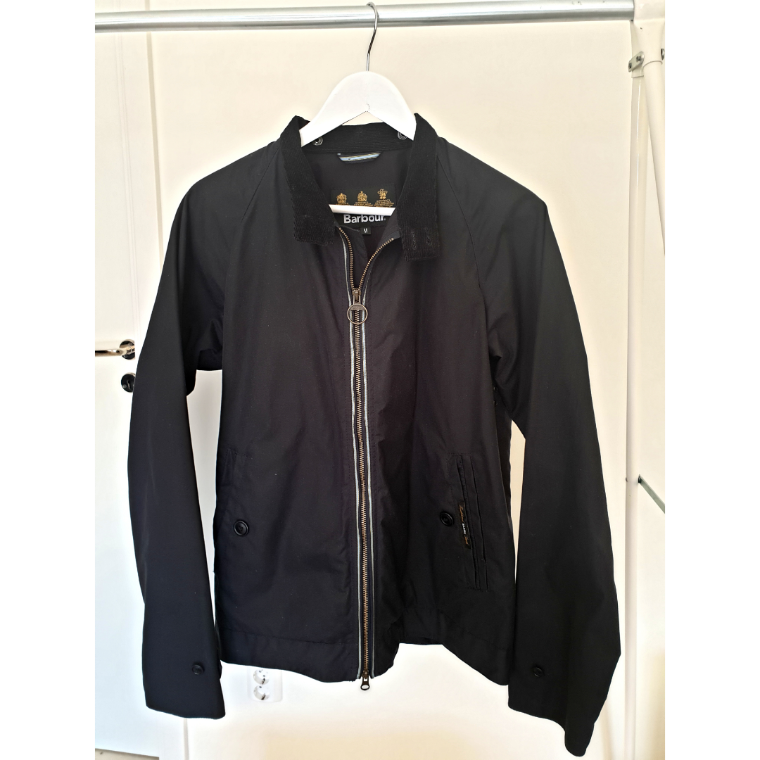 Men's slim fit Barbour wax jacket size M. Used only 5 times. Like new. Color is dark blue.. Jackor.