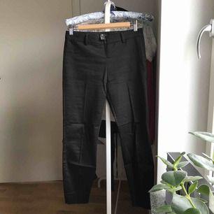 Svarta kostymbyxor från H&M med liten slits vid anklarna, veck på framsidan av benen samt dragkedja på vänster sida av midjan. Mått - innerben: ca 66cm, byxans hela längd: ca 87cm, midja: ca 36cm 🌸