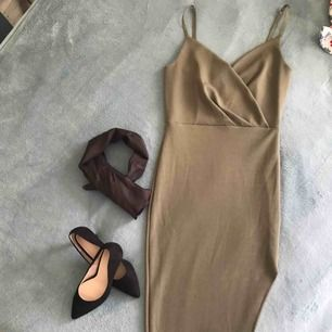 Feminin figurnära klänning i stretchigt material! Färgen är mossgrön, klänningen är i grunden utan slitz men har sytt den i efterhand!