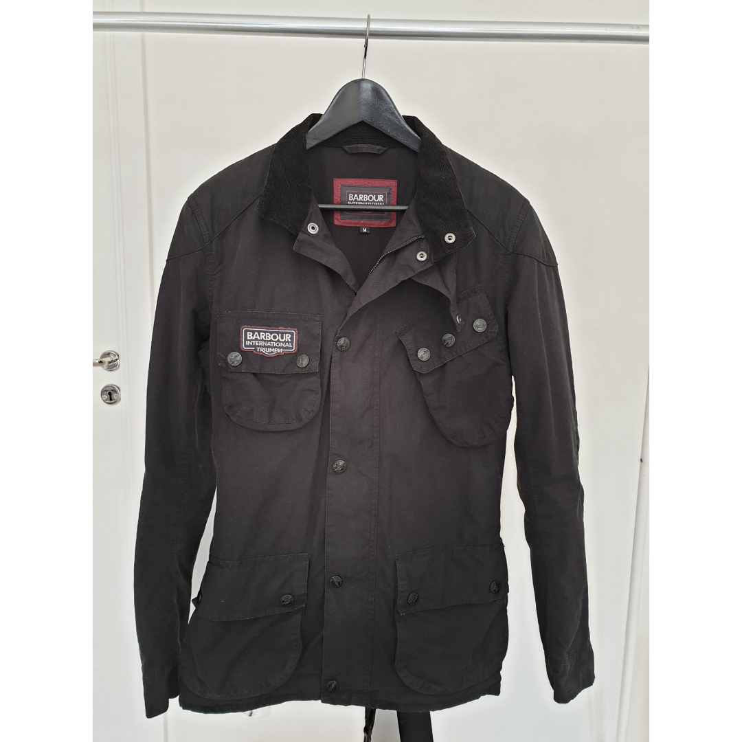 Men's slim fit Barbour International Triumph limited edition wax jacket, size M. Color is black. Used max 10 times. Like new.. Jackor.