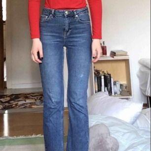 Lätt flaired och raka jeans från Gina Tricot. I fint skick förutom en fläck på byxbenet (kan skicka bild vid önskemål) Köparen står för frakt men kan även mötas upp på söder :)
