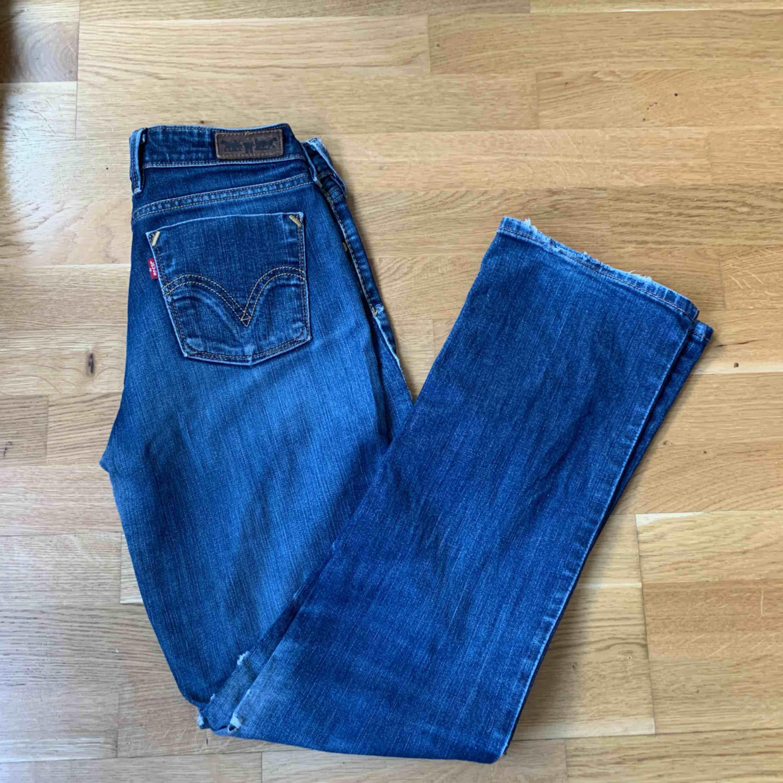 Står ingen storlek i byxorna men gissar på 26 Äkta Levis byxor, lite slitnare men tycker bara det är snyggt, även en hylsa som är trasig men den går lätt att sy fast.  Fraktar eller möts upp i Stockholm, köparen står för frakten!. Jeans & Byxor.