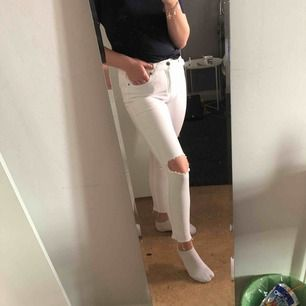Sköna stretchiga jeans från dr.denim, hålen är inte gjorda själv däremot har jag klippt dom lite kortare dör nere, använd väldigt få gånger.