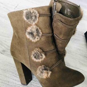 """Underbara skor med """"boots"""" känsla, helt oanvända! Klackhöjd 10 cm !"""