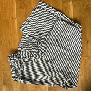 Snygga byxor från Monki. Slutar vid vaden. Köparen står för frakten eller möts upp i Stockholm!