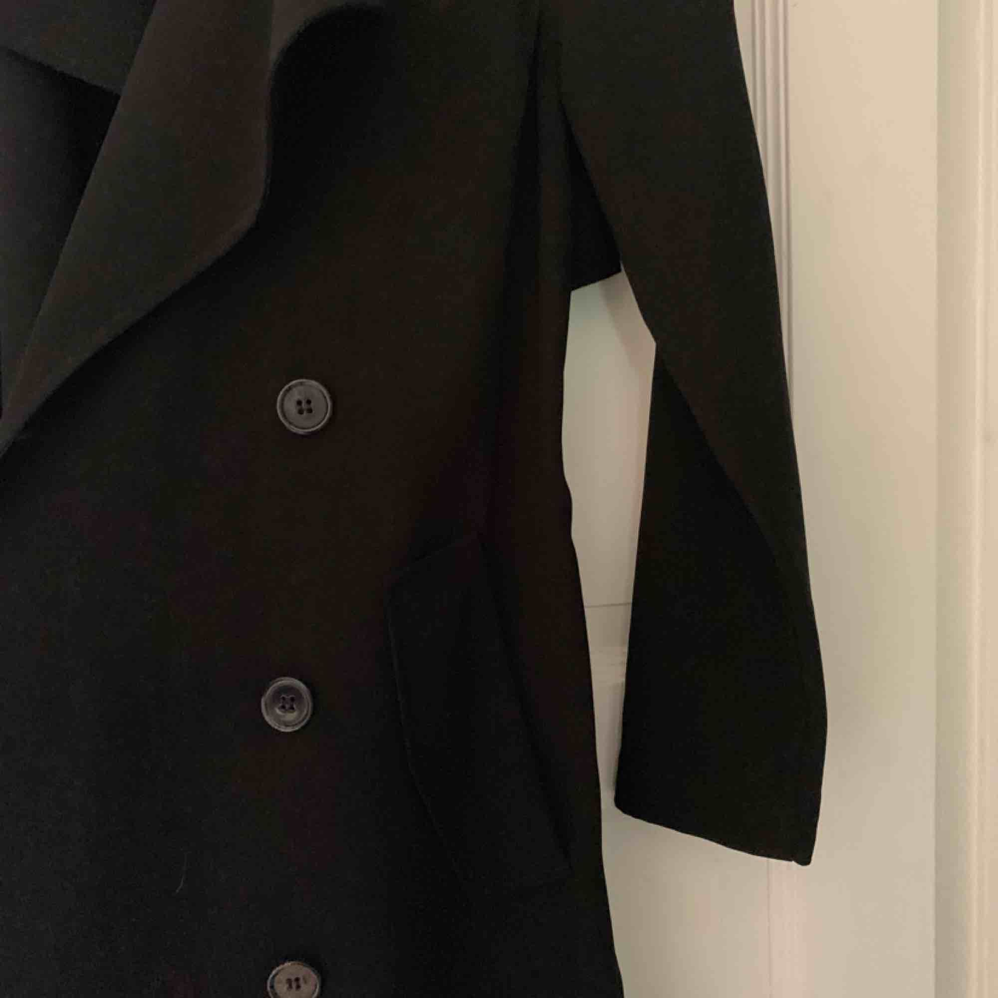 Jättefin Trench Coat från Gina Tricot, köpt för ca 500kr. Knappt använd och i jättefint skick. Passar mig som är S men blir lite kort i armarna. Snörning runt midjan men kan tas bort.. Jackor.