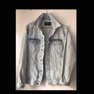 Supersöt jeansjacka perfekt för våren och sommaren, köpt på bikbok för 600 kr, sparsamt använd!