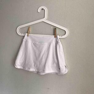 Tenniskjol med shorts under! Jättefint skick utan fläck eller hål eller liknande! Säljer för att den är för liten! Använd ett fåtal gånger