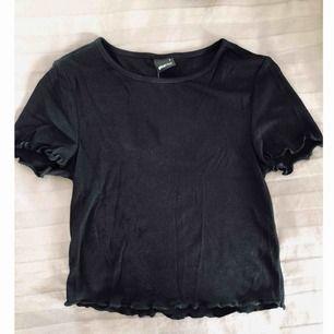Svart T-shirt/topp. Aldrig använd & prislapp fortfarande på. Ordinariepris 129kr, säljer för 80kr.