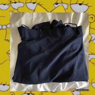 Marin blå offshoulder blus från vero moda har jag för mig. Använd 1-2 gånger.
