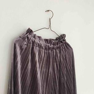 Sammetsplisserade vida crop pants i silky lila, oerhört sköna med rejäl resår i midjan - passar även XS eller M beroende på passform 🕺🏼