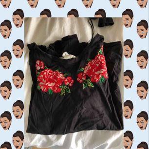 T-shirt med rosor. Storlek XS men passar även S/M.