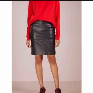 - 2N DAY - svart läderkjol med hög midja - nypris 2,100kr - storlek 34 - 100% läder - väldigt fint skick, lite seg i dragkedjan på sidan, men inget som stör!   • Kolla gärna in mina andra annonser •