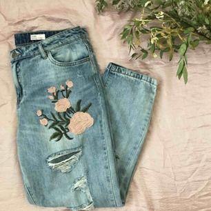 Endast testade jeans med blommotiv fint broderade.