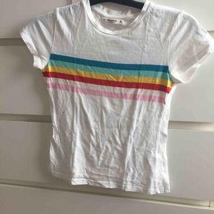 Söt t-shirt med regnbågens färger, använd 1 gång  Det är en fläck på min kamera lins, inte tröjan som är smutsig!
