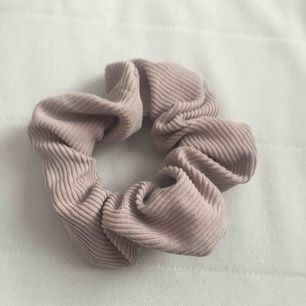 snygg askrosa scrunchie