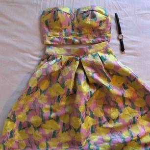 Oanvänd 'two piece' med top och högmidjad kjol.  Storlek top: XS  Storlek kjol: S  Kan mötas upp i Stockholm eller frakta mot fraktkostnad. 🌹