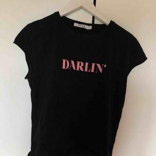 En väldigt fin t-shirt från NA-KD. Bara använd ett fåtal gånger. Frakten står du för.