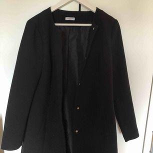 En såååån fin kappa från Vero Moda, säljer denna för har ingen användning för den. Skönt material.