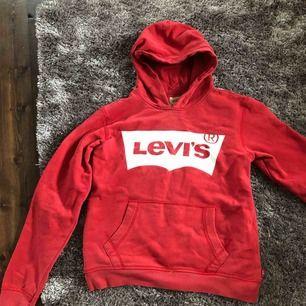 Snygg Levis hoodie. Passar både XS/S. Den har lite lite slitningar på Levis märket men inget man tänker på. Frakt tillkommer.