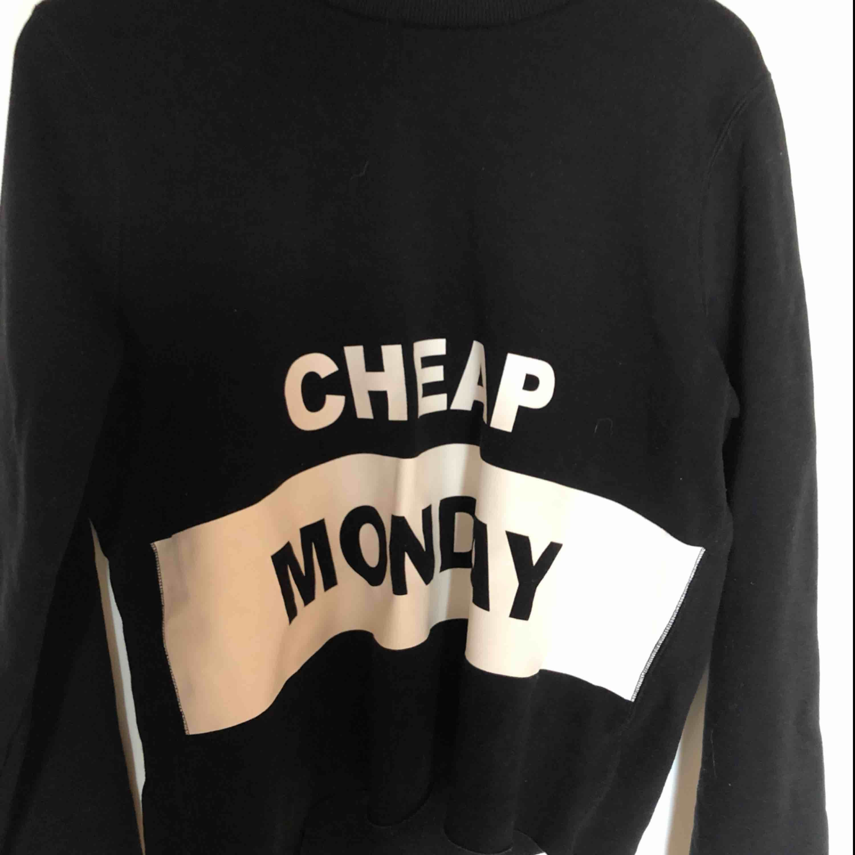 Så skön tröja från Cheap monday. Använd ett fåtal gånger. Säljer den för den inte kommer till användning . Tröjor & Koftor.